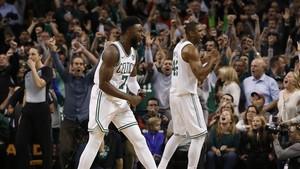 Los jugadores de los Celtics y su afición celebran la victoria