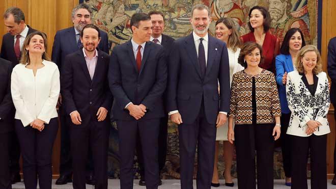Los nuevos ministros del Gobierno de Pedro Sánchez juran sus cargos ante el Rey.
