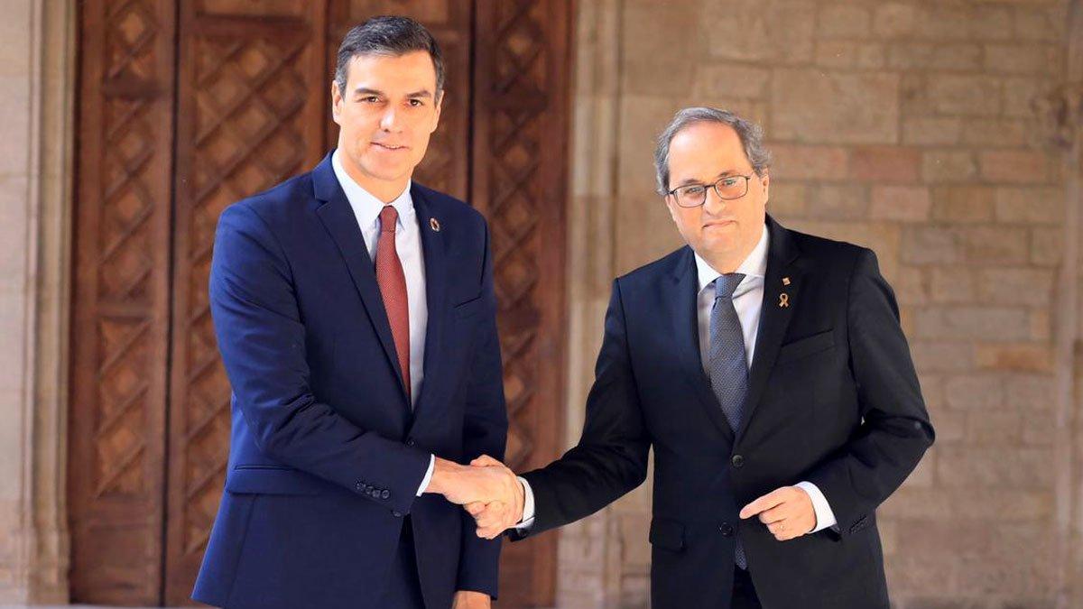 Los presidentes del Gobierno, Pedro Sánchez, y y la Generalitat, Quim Torra, durante su encuentro en el Palau, este jueves.