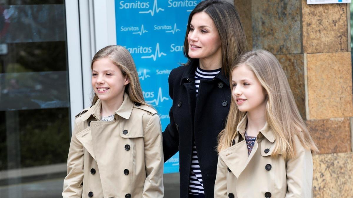 La reina Letizia posa consus hijas tras abandonarelhospital.