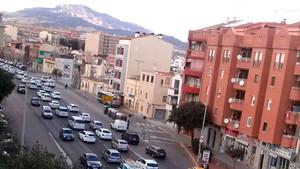Los taxistas de Sabadell protestan por la decisión de la Funeraria de conceder el servicio de acompañamiento a una única empresa de alta gama.