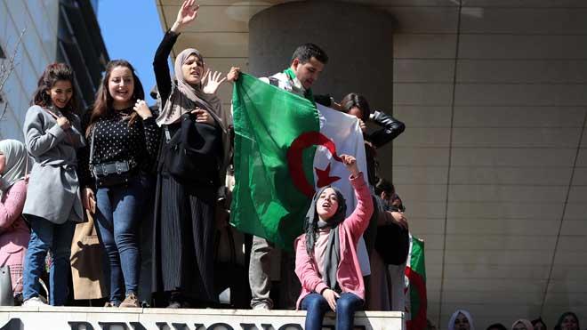 Manifestantes en Argel vuelven a decir 'no' a Bouteflika. En la foto, estudiantes de medicina durante las protestas.