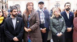 Los consellers Chakir El Homrani, Laura Borràs, Miquel Buch yElsa Artadi, yel president del Parlament, Roger Torrent, en el acto institucionaldel Díaa Internacional porla Eliminación de la Violencia contra las mujeres.