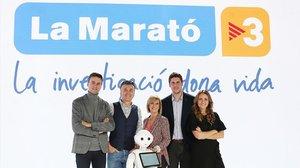 Eloi Cordomí, Ramon Gener, Gemma Nierga, Roger Escapa y Sheila Alen, junto con el robot Pepper, en 'La Marató' de TV-3.