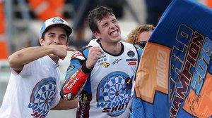 Marc Márquez coronó a su hermano Àlex, agotado, rendido, como rey de Moto2 en una de las curvas de Sepang.