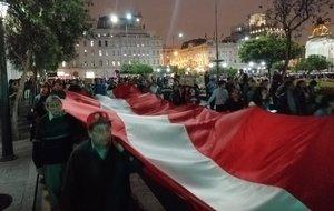 Diversos colectivos ciudadanos y partidos de izquierda salieron con banderas peruanas a las calles del centro histórico de Lima para manifestar su rechazo a la medida.