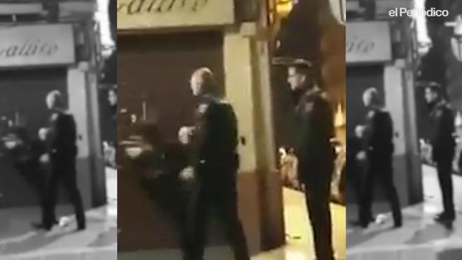 Moment en què el policia bufeteja a una dona a València.