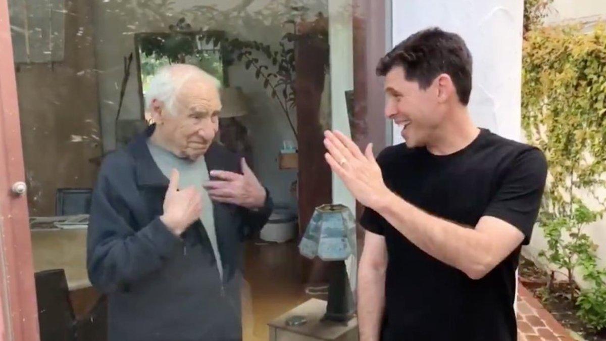 Mel Brooks y su hijo Max Brooks, en una imagen del vídeo