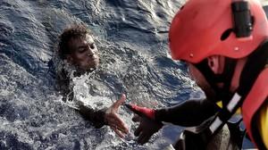 Un miembro de la oenegé Proactiva Open Arms rescata a un inmigrante en el Mediterráneo, frente a la costa libiam en octubre del 2016.