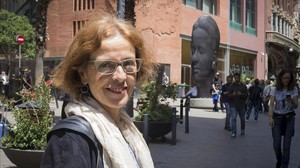 Mireia Udina, con la escultura Carmela, de Jaume Plensa, al fondo.