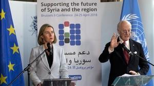 Mogherini (izq) y De Mistura, durante su rueda de prensa conjunta, en Bruselas, el 24 de abril.