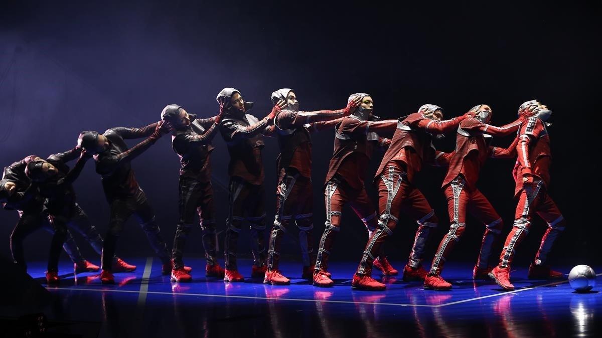 Un momento del espectáculo 'Messi10 by Cirque du Soleil' en el Parc del Fòrum