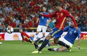 Morata marca el tercer gol de la selección española en el partido contra Italia.
