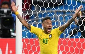 Neymar protesta por una jugada en el Mundial.