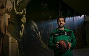 Nicolas Laprovittola posa en uno de los pasillos del Olímpic