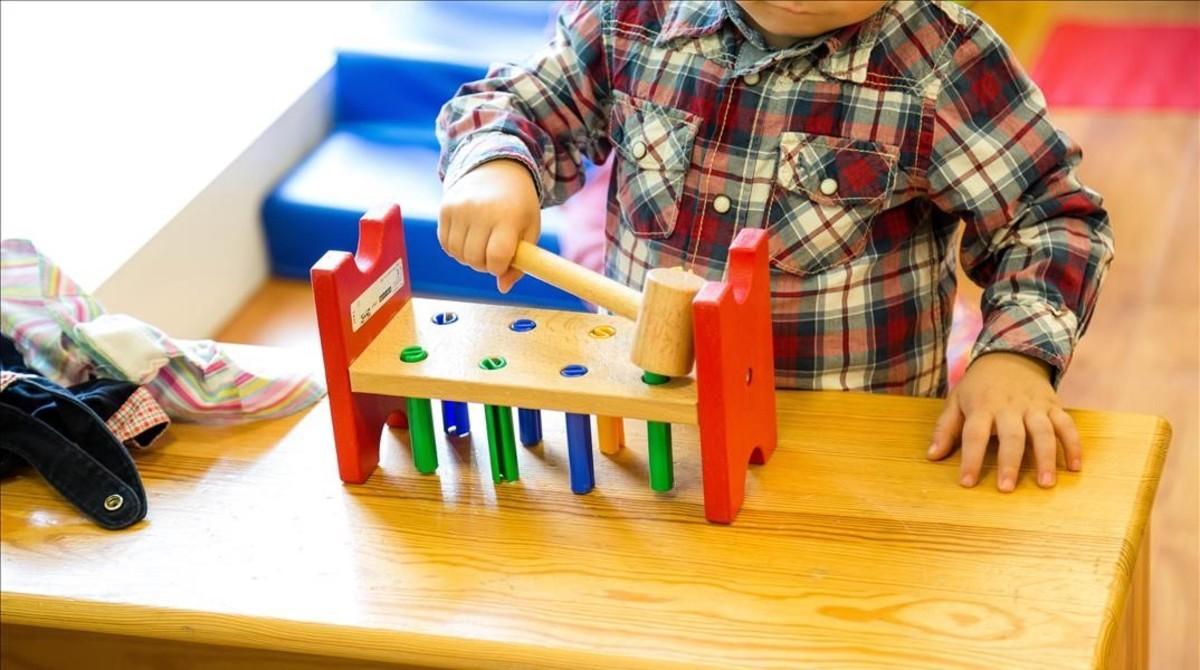 Un niño jugando en una guerdería barcelonesa