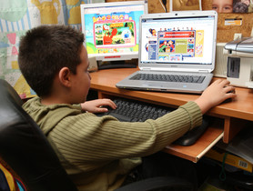 Un niño navega por internet.