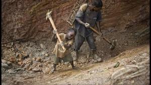Niños trabajando en una mina de coltán en Ndola-Ndola, cerca de Itebero, en la República Democrática del Congo, en una imagen de archivo.