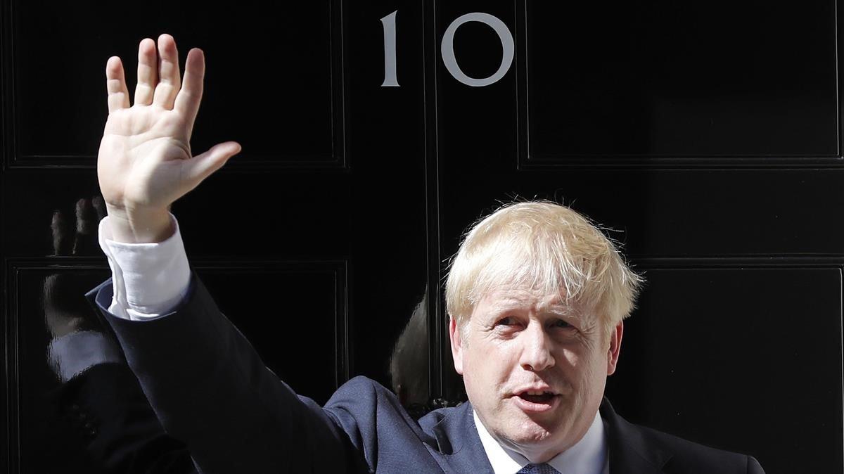 El nuevo primer ministro británico, Boris Johnson, saluda en la puerta del 10 de Downing Street, este miércoles.