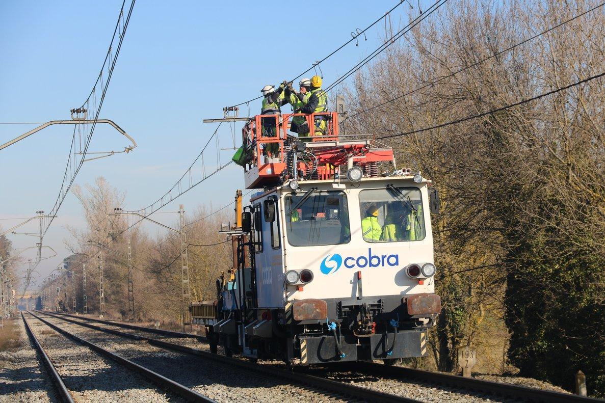 Operarios trabajan para reparar la catenaria entre Girona y Caldes de Malavella.