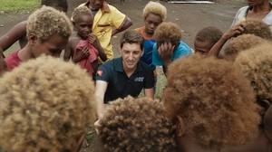 Oriol Mitjà rodeado de niños, en On acaben el camins.