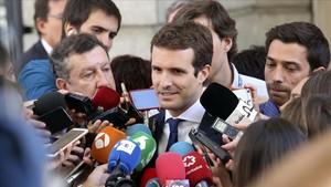 El presidente del PP, Pablo Casado, responde a los periodistasen el Congreso