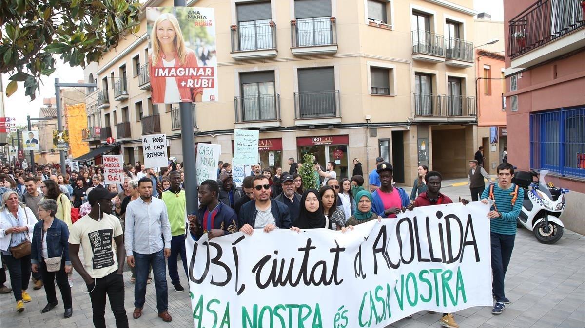 Pancarta a favor de la acogida de los 'menas' en Rubí.