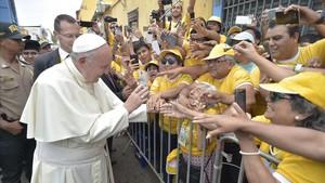 El Papa saluda a la multitud que le esperaba en Trujillo (Perú), el 20 de enero.