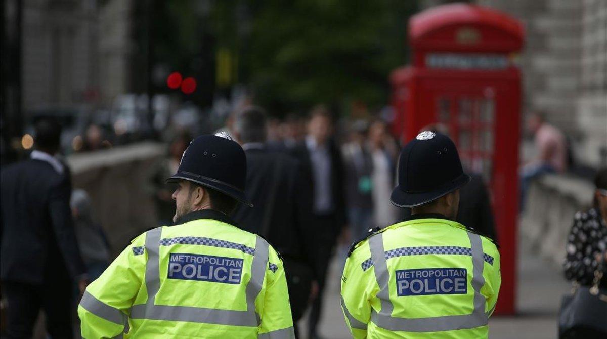 Un pareja de policías británicos patrulla por las calles de Londres.