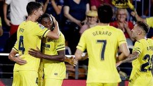Pau Torres celebra con Ekambi uno de los goles del Villarreal, equipo más goleador de laliga