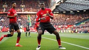 Paul Pogba celebra su segundo gol de penalti al West Ham.