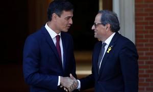 El presidente del Gobierno, Pedro Sánchez, recibe al president de la Generalitat, Quim Torra, en el palacio de la Moncloa.