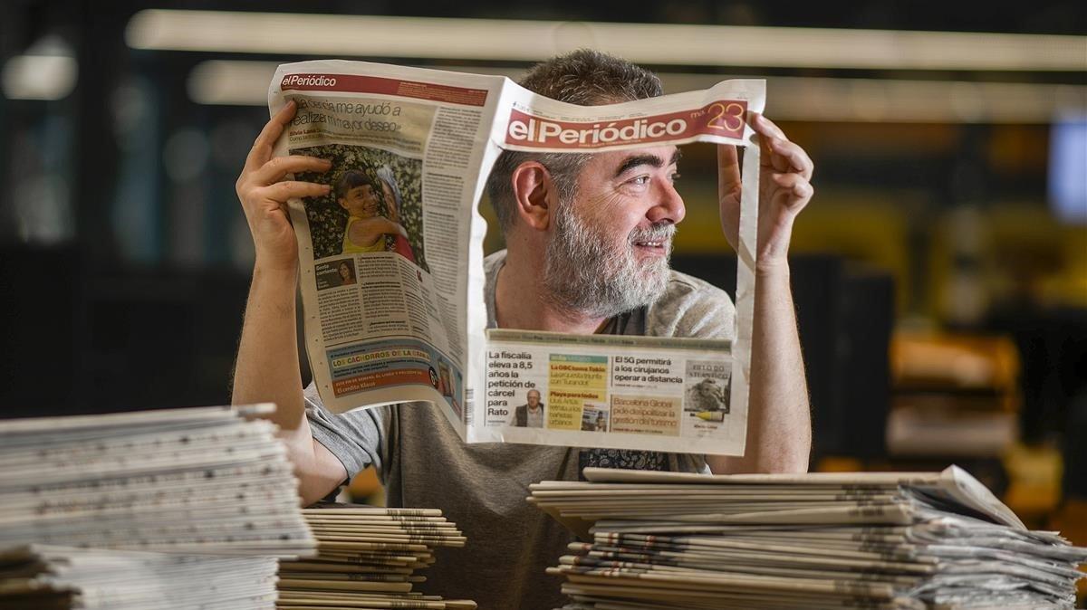 El periodista y escritor Pau Arenós, en la redacción de El Periódico.