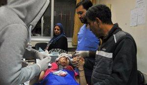 Personal sanitario de un hospital de Damasco atiende a una mujerherida en los ataques israelís en territorio sirio.