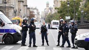 La policía bloquea la calle después del atentado en la prefectura de París, el pasado octubre.