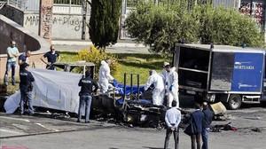 La policía forense cubre un cadáver sacado de la caravana donde murieron tres hermanas gitanas, en Roma, el 10 de mayo.