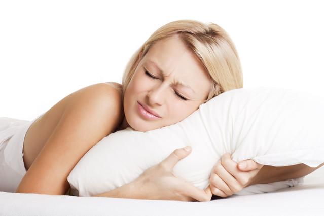 Una mujer con problemas para conciliar el sueño.