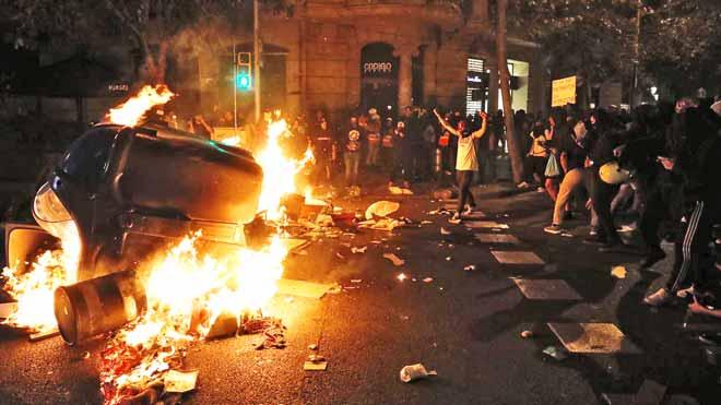 Independentistes i ultres xoquen en una altra nit de disturbis a Barcelona