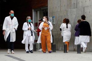 GRAFCAT3207. L'HOSPITALET (BARCELONA), 19/03/2020.- Personal medico en el Hospital de Bellvitge en L'Hospitalet (Barcelona), este jueves, durante la quinta jornada en estado de alarma por la pandemia de coronavirus. EFE/Toni Albir