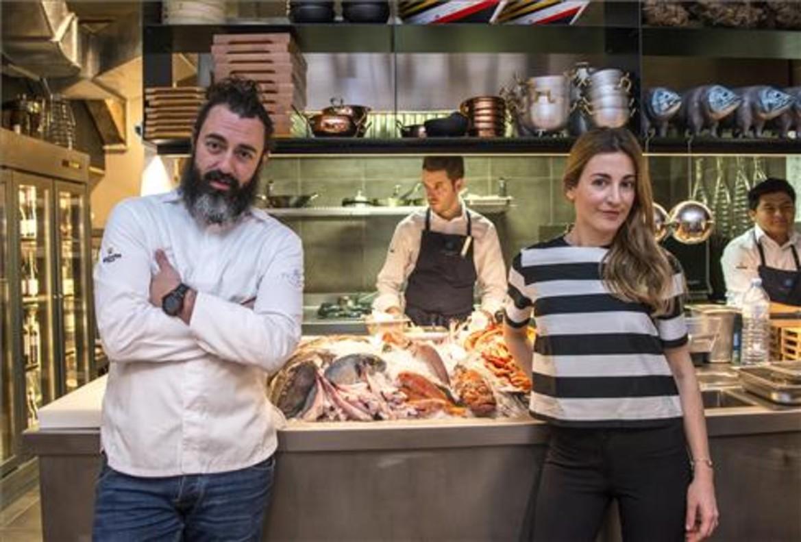 Rafa Zafra y Anna Gotanegra, ante el mostrador con las capturas en Estimar. Foto: Ferran Sendra