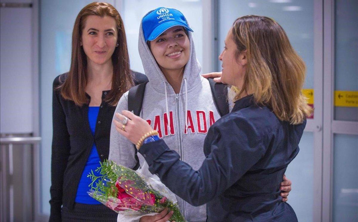 Rahaf Mohammed Al Qunun (centro) sonríe mientras la ministra de Asuntos Exteriores de Canadá, Chrystia Freeland (derecha), le da la bienvenida al país.