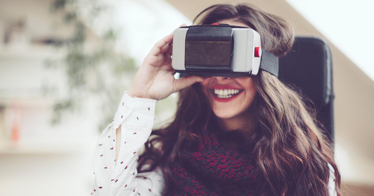 Un usuario utiliza las gafas de realidad virtual para experimentar nuevas situaciones.