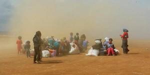 Refugiados sirios, la mayoría mujeres y niños, durante una tormenta de arena cerca de Figuig (Marruecos).