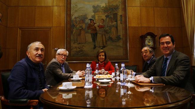La ministra d'Ocupació i Seguretat Social, Fátima Báñez, s'ha reunit avui amb els secretaris generals de CCOOi UGT, Ignacio Fernández Toxo i Pepe Álvarez, i els presidents de CEOE i de Cepime, Juan Rosell i Antonio Garamendi, per parlar sobre pensions.