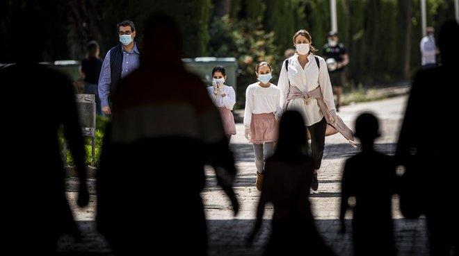 Un río de niños en el jardín del Túria de Valencia, el primer día de desconfinamiento para menores de 14 años.