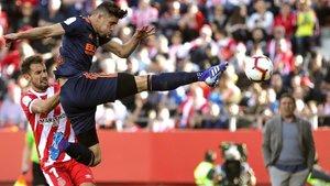 Gabriel Paulista, central del Valencia, despeja ante Stuani, este domingo en Girona.