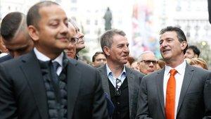 Kempes (derecha), junto a Robert Fernández y Anil Murthy, presidente del club, durante la marcha cívica organizada este lunes por el Valencia para celebrar su centenario.