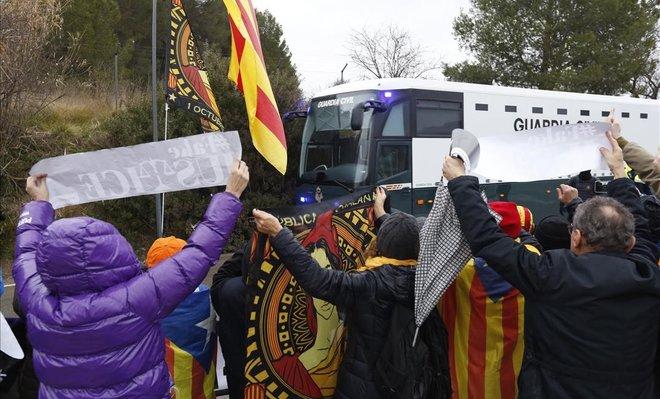 Salida del autobús de la Guardia Civil de la cárcel de Brians hacia Madrid.