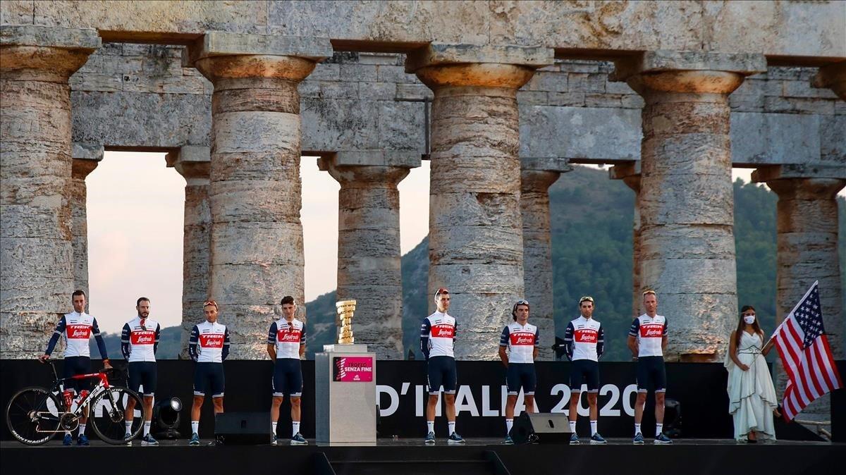 Vincenzo Nibali, primero a la izquierda con la bici, aspira a una tercer victoria en el Giro.