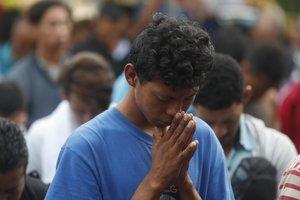 GU6009 TECUN UMAN GUATEMALA 28 10 2018 - Migrantes de la segunda caravana de hondurenos rezan antes de llegar al puente fronterizo hoy domingo 28 de octubre de 2018 en Tecun Uman Guatemala EFE Esteban Biba